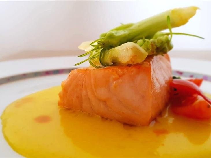 Trancio di salmone, crema di patate alla curcuma e puntarelle
